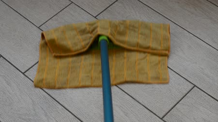 paçavra : Worker mopping a rag with a rag Stok Video