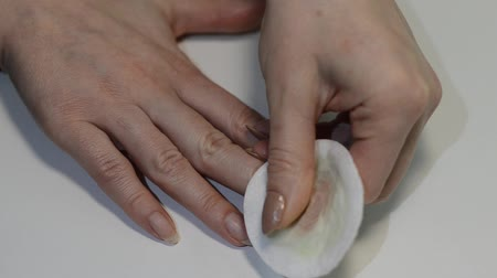tırnak : Woman removes old nail polish with a cotton pad, doing hand manicure Stok Video