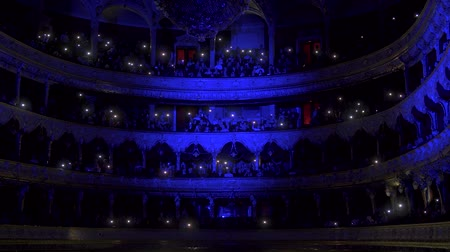 kondüktör : Hall of the Opera House with people with lights on, luminous telephones
