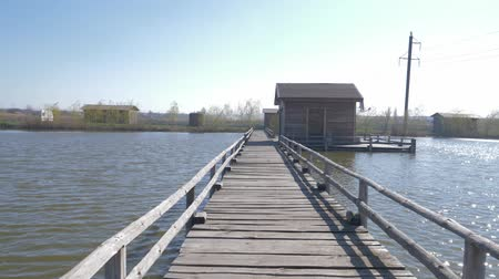 elenco : movement along the wooden pier to the house in the middle of the lake
