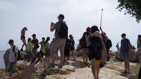 montanhismo : Israel Mount Arbel - July 21, 2019. a group of tourists taking a picture against the backdrop of a panorama from a mountain in Israel