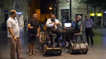 デイム : Israel Jerusalem - July 21, 2019 religious jew at night playing as street musicians with his wife on jerusalem street