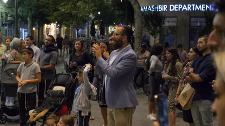 デイム : Israel Jerusalem - July 21, 2019 religious Jew at night, takes street musicians on the phone