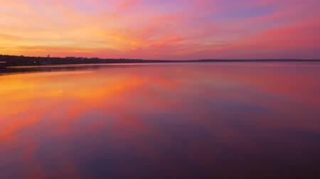 древесный : landscape reflection in sea water beautiful sunset sky gradient