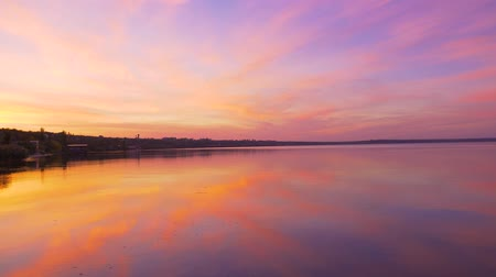 древесный : Incredibly beautiful landscape of the setting sun on the sea lilac-pink gradient of charming colors of nature