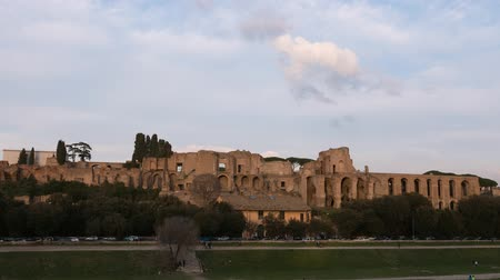 panorâmico : Ruins of Palatine hill palace. SunSet. Zoom. Rome, Italy. Time Lapse Stock Footage