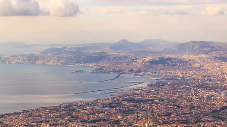 panorâmico : View of Naples with Vesuvius volcano. Naples, Italy. Time Lapse