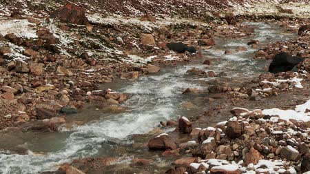 terreno extremo : Snow melts in the mountains. Time Lapse. Kyrgyzstan, Central Tien Shan. River Valley Tuz Vídeos