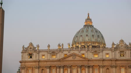 watykan : St. Peters Basilica, before sunrise. Vatican, Rome, Italy.