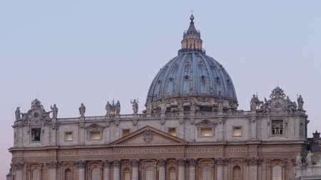 watykan : The dome of St. Peters Basilica at dawn, Vatican, Rome, Italy. Time Lapse