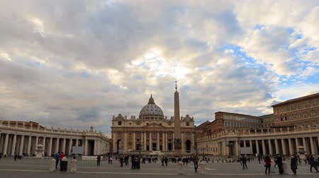 vatikan : St. Peters Basilica. Zoom. Vatican, Rome, Italy. Time Lapse - February 26, 2015: The famous square, it stands the main temple of Christianity - St. Peters Basilica