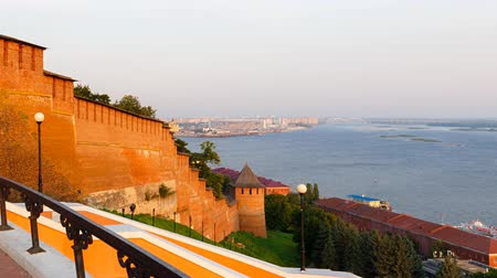 dia : The walls and towers of the Nizhny Novgorod Kremlin. Dawn over the Volga. In the distance you can see the construction of the stadium. TimeLapse