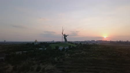 glória : In the light of the setting sun. Sculpture The Motherland Calls! - the compositional center of the monument-the ensemble to the Heroes of the Battle of Stalingrad on the Mamayev Kurgan! Volgograd, Russia, From Dron
