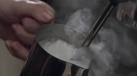 kawa filiżanka : Foamy milk flows into a white big cup of cappuccino