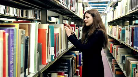 livros : Girl is searching a book in the library