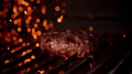 grillowanie : Cooking burger in slow motion