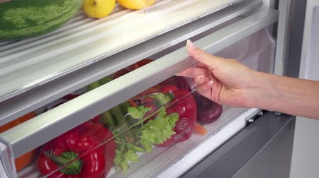 hűtőgép : Vegetables in fridge in slow motion