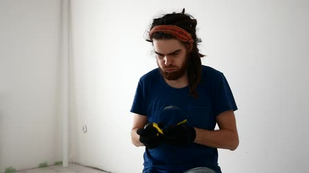 ruletka : young man with dreadlocks measuring something with tape measure.