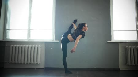гибкий : Young girl dancer doing stretching. Warm up before training