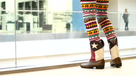 cansado : Female feet in leather boots. A girl is standing in a shopping center. Stock Footage