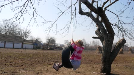 łokieć : A woman on a swing in the village Wideo