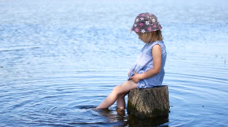 tuskó : childs feet in the water. Child enjoying summer time. Stock mozgókép