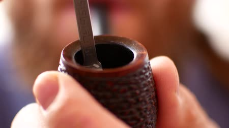 затянуть : Pipe smoking, close-up of preparation for smoking