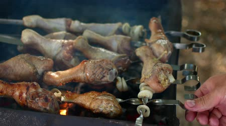 家禽 : Grilled chicken on the grill. Chicken cooking on a barbeque. Chicken meat cooking on a barbecue grill. Outdoor cooking
