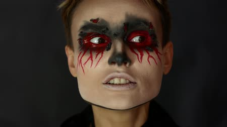 színésznő : 4k Shot of a Woman with Halloween Make-up with Bloody Tear Dropping.