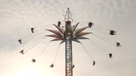 çimenli yol : amusement park at sunset at dusk. Working rides. Stok Video