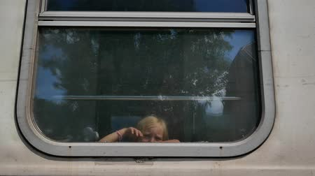 přihrádka : little girl looking and waving from the train window. Dostupné videozáznamy