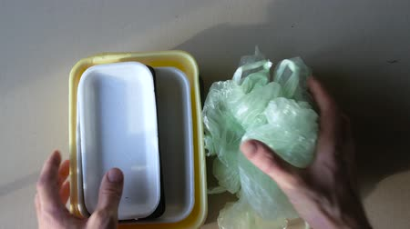 レセプション : Handing over to the point of processing. plastic containers.