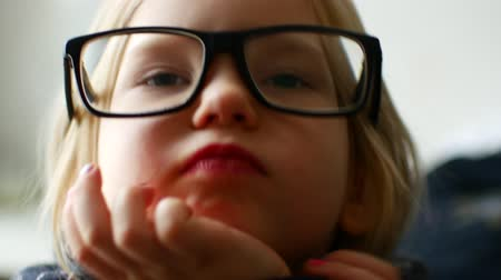 myopie : 4K Eyeglasses Child Testing New Glasses, Shortsighted Little Girl Face, Portrait.