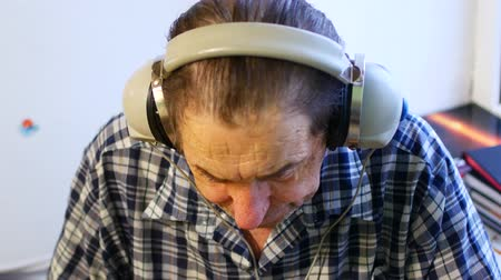 compreensão : Hearing test. Man with headsets listen to a noise. Occupational health and safety for audiometric testing.