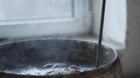 kőműves : close up shot of a bucket of cement, the worker mixes loose materials and water to produce cement, the builder will repair the apartment