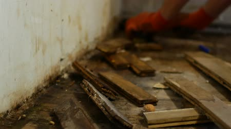 паркет : The worker dismantles the parquet floor.