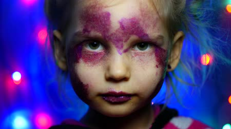 carnevale brasile : Five-year girl on the background of festive garlands. Makeup, glitter, portrait. Filmati Stock