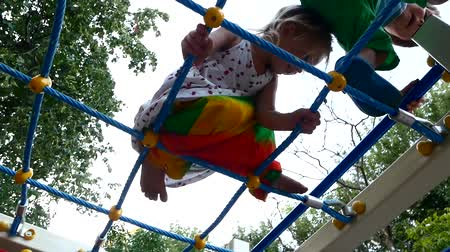 subir escalera : Children climb on the playground. Network at the top.