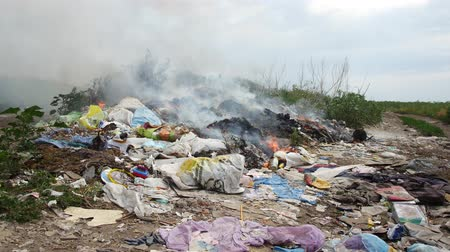 smaltimento : Fire at the garbage dump. Burning garbage, ecology in danger. Filmati Stock