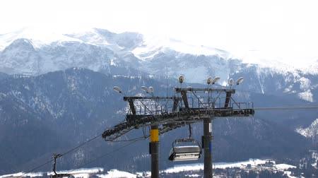chileno : Ski lift in the off-season on a background of mountains. Archivo de Video