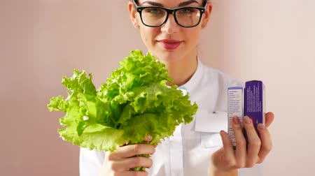 decidir : The doctor chooses between a salad or pills. Natural health concept Stock Footage