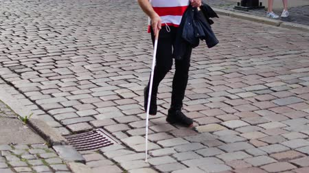ориентация : Blind man walks on the sidewalk with a cane. Стоковые видеозаписи