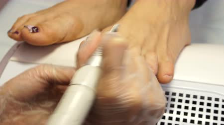 Schoonheid en pedicure salon. Het proces om een ​​pedicure in de kuuroordsalon geschotene close-up te creëren. Hardware pedicure Stockvideo