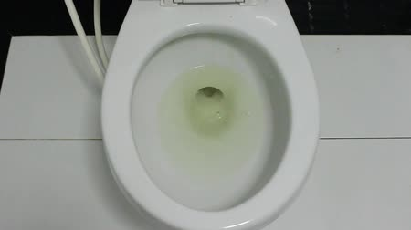 уборная : Water in the toilet bowl.