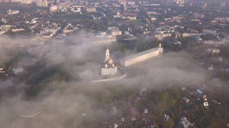 Чарльз : Foggy morning over the Assumption Cathedral in Vladimir. Clouds of fog fly over the cathedral. Birds eye view.