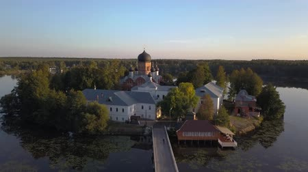 conto de fadas : The Holy-Vvedensky nunnery in the Vladimir region. On the island. Aerial view. Flight over the monastery.