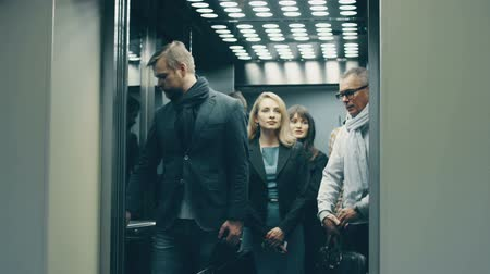 asansör : Business people call an elevator, get in when it arrives Stok Video
