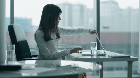 Домашняя жизнь : young business woman working at a laptop in modern office