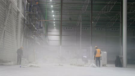 planları : the workers on the scaffolding inside a large and modern warehouse Stok Video