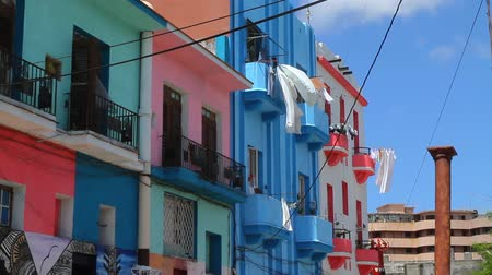 varal : Clothes Hanging from Window Drying. Drying Clothes on a Sunny day, Handing from Colorful Building. Vídeos